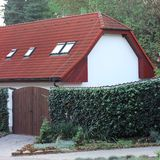 Casa con las puertas y el seto Foto de archivo libre de regalías