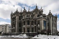 Casa con las quimeras Día Nevado en ciudad del invierno Foto de archivo libre de regalías