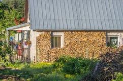 Casa con leña partida apilada Fotografía de archivo