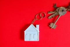 Casa con llaves en fondo del color Concepto del minimalismo de propiedades inmobiliarias Imagen de archivo libre de regalías