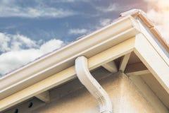 Casa con los nuevos canales de aluminio inconsútiles de la lluvia Foto de archivo libre de regalías