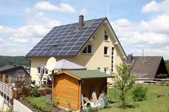 Casa con los paneles fotovoltaicos Imagen de archivo libre de regalías