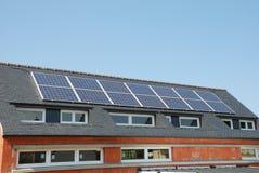 Casa con los paneles solares foto de archivo