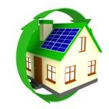 Casa con los paneles solares Imagenes de archivo