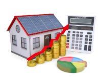 Casa con los paneles solares, la calculadora, el horario, y monedas Fotos de archivo