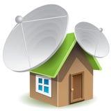 Casa con los platos basados en los satélites Imágenes de archivo libres de regalías