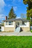 Casa con mattoni a vista bianca con la strada privata concreta Immagine Stock