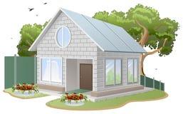 Casa con mattoni a vista bianca Cottage del paese, albero, letti di fiore, recinto Immagini Stock Libere da Diritti