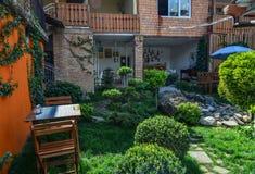 Casa con mattoni a vista circondata da vegetazione verde fotografia stock libera da diritti