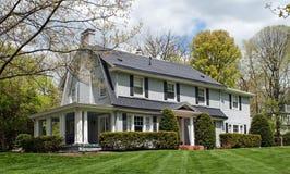 Casa con mattoni a vista dipinta con il portico laterale Immagini Stock Libere da Diritti