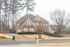 Casa con mattoni a vista piacevole con la nuova caduta della neve Fotografia Stock
