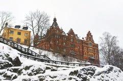 Casa con mattoni a vista rossa sulla roccia nell'inverno Stoccolma Fotografia Stock Libera da Diritti
