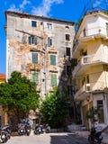 Casa con mattoni a vista rovinata nella città di Corfù - Kerkyra Immagini Stock Libere da Diritti
