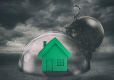 Casa con seguridad dentro de una bóveda del escudo durante una tormenta que la protege contra una bola arruinadora Concepto de la foto de archivo libre de regalías