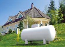 Casa con un depósito de gasolina Imagen de archivo