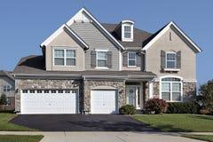Casa con un garage di pietra delle tre automobili Immagini Stock
