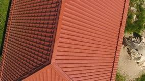 Casa con un tejado anaranjado hecho del metal, visión superior Perfil metálico pintado acanalado en el tejado almacen de video