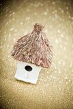 Casa con un tejado cubierto con paja Imágenes de archivo libres de regalías