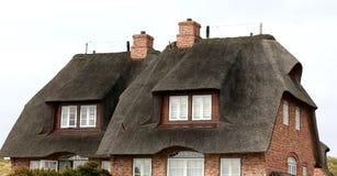 Casa con un tejado cubierto con paja Alemania Foto de archivo libre de regalías
