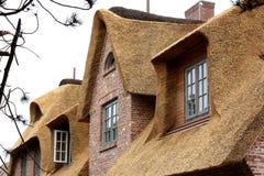 ¡Casa con un tejado cubierto con paja Alemania! Imagenes de archivo