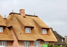 Casa con un tejado cubierto con paja Alemania Imagen de archivo libre de regalías
