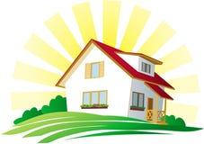 Casa con un tejado rojo en una colina verde debajo del sol Foto de archivo