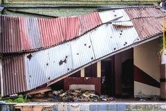 Casa con un tetto caduto Fotografie Stock Libere da Diritti
