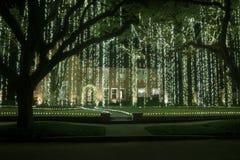 Casa con una cortina de guirnaldas ligeras Decoración de la Navidad Invierno imágenes de archivo libres de regalías