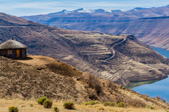 Casa con una vista nel Lesotho immagine stock