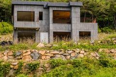 Casa concreta grigia abbandonata non finita Fotografie Stock