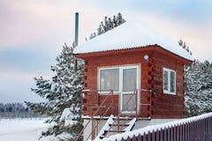 Casa confortável do conto de fadas pequeno no inverno imagem de stock royalty free