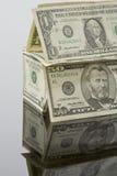 Casa construída de notas de dólar dos E.U., fim acima Foto de Stock