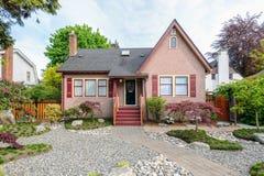Casa cor-de-rosa acolhedor com um jardim bonito Imagem de Stock Royalty Free