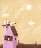 A casa cor-de-rosa com cegonhas aninha-se no telhado Foto de Stock