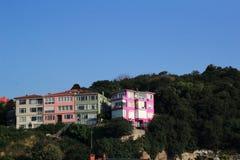 Casa cor-de-rosa em uma rocha imagens de stock royalty free