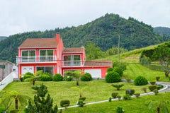 Casa cor-de-rosa no vale de Furnas, ilha de Miguel do Sao, Açores, Portugal Foto de Stock