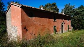 Casa cor-de-rosa velha da borda da estrada fotos de stock