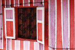 Casa cor-de-rosa, vermelha e branca fotos de stock
