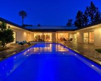 Casa crepuscular de la piscina Imagenes de archivo