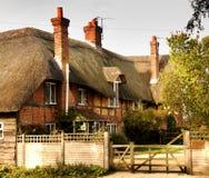 Casa cubierta con paja de la aldea Fotos de archivo
