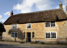 Casa cubierta con paja de la aldea Imagen de archivo libre de regalías
