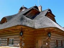 Casa cubierta con paja de madera - ascendente cercano Fotos de archivo