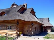 Casa cubierta con paja de madera - ascendente clese Fotografía de archivo