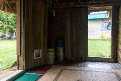Casa cubierta con paja Fijian tradicional para el voluntario del cuerpo de paz en F imágenes de archivo libres de regalías