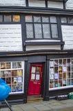 A casa curvada velha e bem mainted em canterbury fotos de stock
