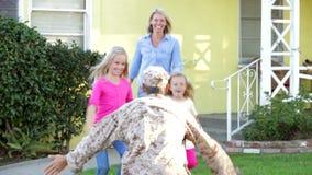 Casa d'accoglienza del marito della famiglia in permesso dell'esercito video d archivio