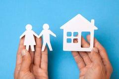 Casa d'acquisto con la giovane famiglia Come scegliere buona casa di famiglia immagine stock libera da diritti