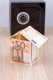 Casa da cédula com o banco de moeda do metal Imagem de Stock