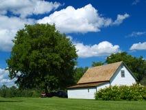 Casa da casa de campo e céu azul Foto de Stock Royalty Free
