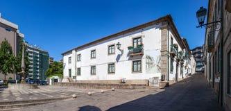 Casa DA Cultura (σπίτι πολιτισμού) Vila Nova de Famalicao Πλατεία του Manuel Sottomaior στο αριστερό στοκ εικόνα με δικαίωμα ελεύθερης χρήσης